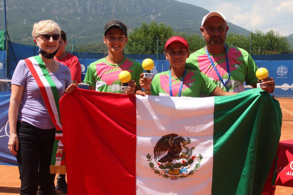 Le ragazze del Messico, campionesse della Lampo Trophy - Nation Cup al femminile, premiate da Elena Bonometti, assessore allo sport del Comune di Rezzato (foto Alvaro Maffeis)