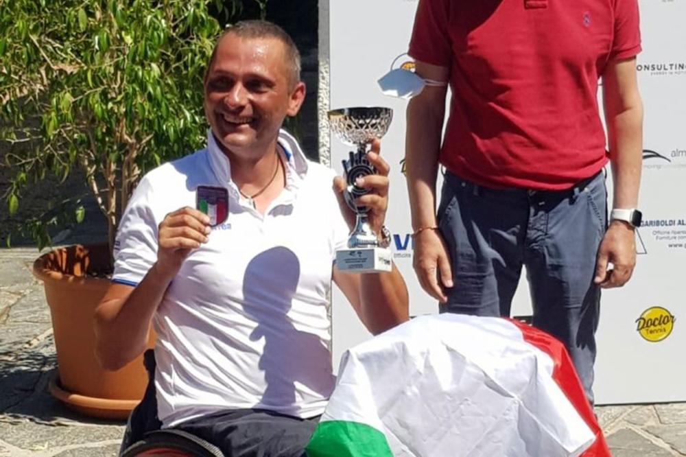 Alberto Saja premiato per il successo nei Campionati italiani di tennis in carrozzina di Garbagnate Milanese, categoria Quad