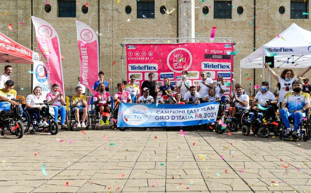 La festa di atleti e accompagnatori dell'Active Team La Leonessa al termine del Giro d'Italia di handbike. Oltre ai quattro successi individuali, i bresciani sono stati premiati ad Assisi con la maglia rossa di miglior squadra