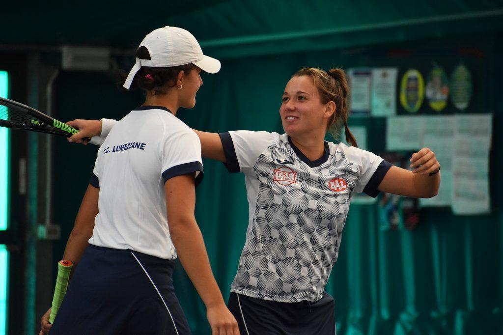 La gioia di Ylena In-Albon (destra) e Rubina De Ponti dopo il successo nel doppio che ha consegnato il 4-0 alla Bal Lumezzane (foto GAME)