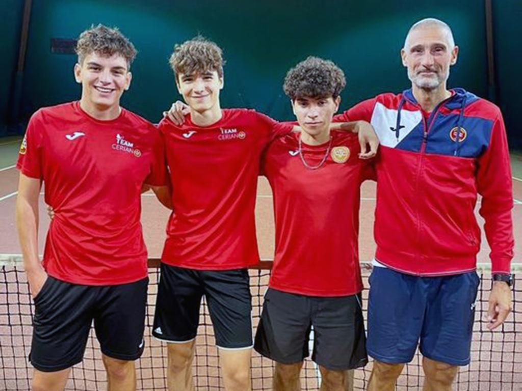La formazione maschile under 18 del Club Tennis Ceriano con capitan Ferrarini
